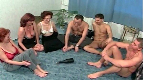 igrayut-v-butilochku-na-kuhne-gruppovoy-seks